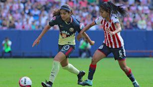 Daniela Espinosa y Susan Bejarano, durante el partido