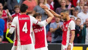 Tagliafico celebra uno de sus goles con sus compañeros