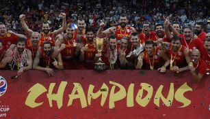 La selección española posa con el trofeo de monarcas
