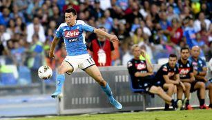 Chuky Lozano conduce la redonda en juego del Napoli