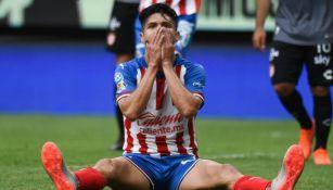 Oribe Peralta se lamenta en un juego de Chivas