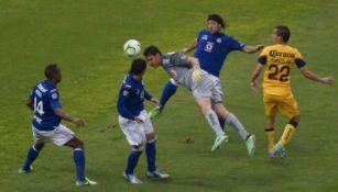 Moisés Muñoz cabeceando el balón que le valiera al América para el alargue
