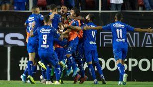 Jugadores de Cruz Azul celebran un gol contra Tigres