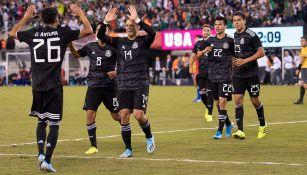 Jugadores de México celebran un tanto ante EU