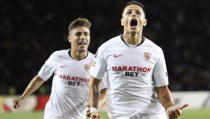 Chicharito celebra su anotación con el Sevilla