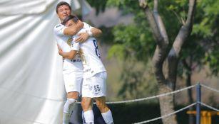 Bryan Lozano es felicitado por su compañero tras anotar