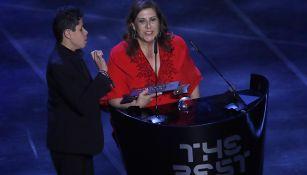 Silvia y su hijo, recibiendo el Premio The Best