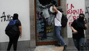 Sujeto rompe el vidrio de un establecimiento en el centro de la CDMX