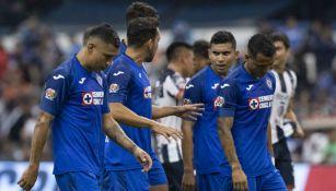 Jugadores de Cruz Azul lucen desconcertados durante el partido con Monterrey