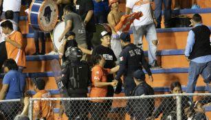 Aficionados y policías en las gradas del Estadio Marte R. Gómez