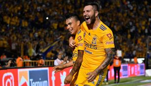 Gignac festeja uno de los goles junto a Lucas Zelarayán