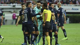 Jugadores de Pumas reclaman una acción al silbante