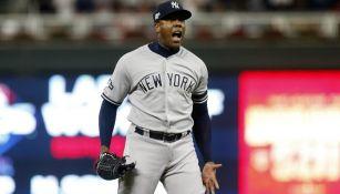 Aroldis Chapman festeja el triunfo de los Yankees
