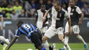 Leonardo Bonucci disputa el balón en el partido ante el Inter