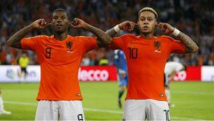 Wijnaldum y Depay celebrando una anotación con Holanda