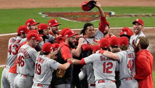 Jugadores de Cardinals festejan el pase al final del juego