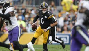 El suplente de los Steelers, Devlin Hodges, en un juego contra Ravens