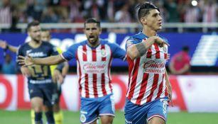 Alan Pulido celebra su gol en el último partido de Chivas