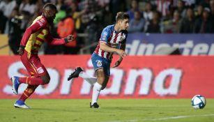 Isaac Brizuela durante un partido con Chivas