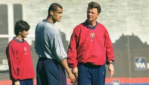 Van Gaal y Rivaldo en una práctica del Barcelona
