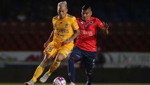 Carlos Salcido disputa el balón con Eduardo Vargas
