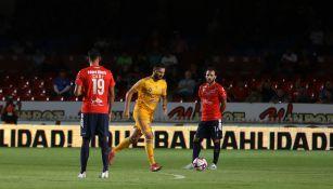 Gignac se enfila a marcar un gol contra el Veracruz