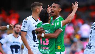 Jugadores de León celebran un gol ante Pumas