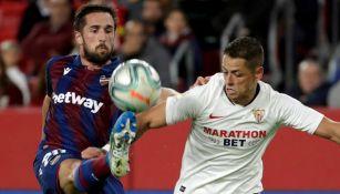 Chicharito disputa el balón en juego contra el Levante