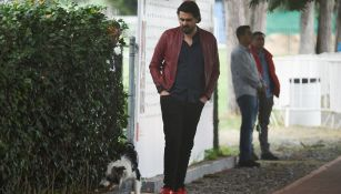 Amaury Vergara observa a su perro
