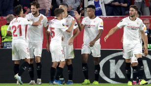 Jugadores del Sevilla festejan gol contra Dudelange