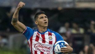 Alan Pulido festeja un gol con las Chivas en el A2019