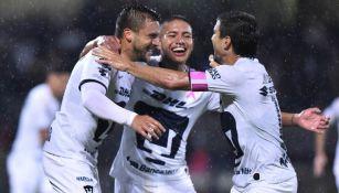 Jugadores de Pumas celebran una diana contra