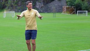 Míchel González en un entrenamiento con Pumas