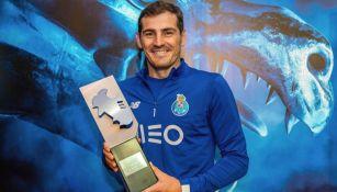 Iker Casillas posa con un trofeo de la Liga de Portugal