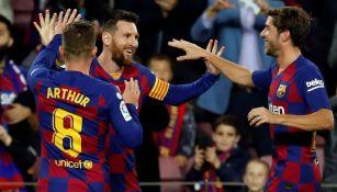 Jugadores del Barcelona felicitan a Messi tras uno de sus goles
