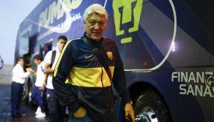 Jesús Ramírez se baja del autobús de Pumas
