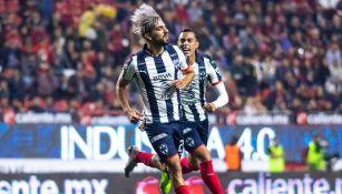 Rodolfo Pizarro festeja un gol con los Rayados