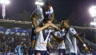 Jugadores del Celaya festejan con Juan Aguirre