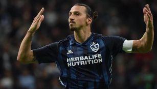 Ibrahimovic celebra un gol con el Galaxy