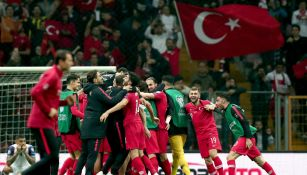Jugadores turcos celebran el pase a la Euro 2020