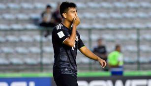 Efraín Álvarez se lamenta tras la falla contra Holanda