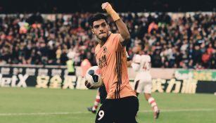 Raúl Jiménez celebra una anotación con Wolves
