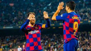 Messi y Luis suárez festejan un gol