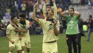 Paul Aguilar festejando con la playera del América