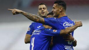 Jugadores de Cruz Azul festejando gol