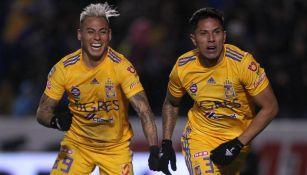 Eduardo Vargas y Carlos Salcedo festejan un gol de Tigres