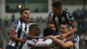 Jugadores de Monterrey celebran un gol