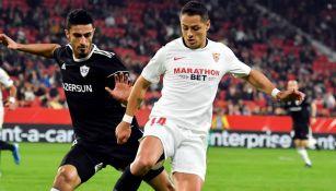 Javier Hernández en juego con el Sevilla