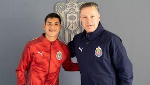 Uriel Antuna posa junto a Ricardo Peláez