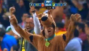 Aficionado de Monarcas de Morelia disfrazado de Scooby-Doo